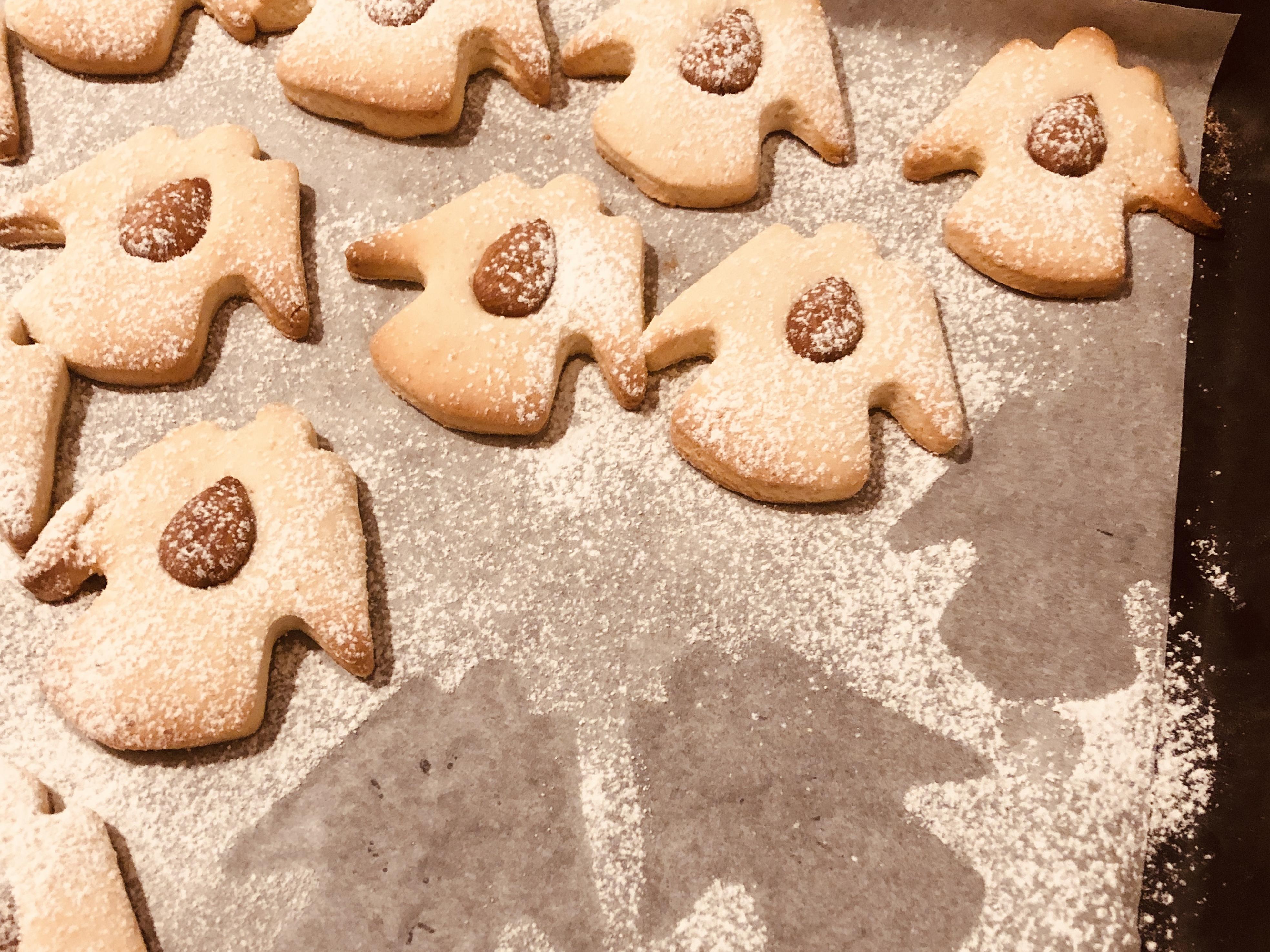 Biscotti di pasta frolla con cuori di mandorla.